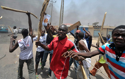 Angry Mob Burn Robbery Suspect To Death In Lagos.