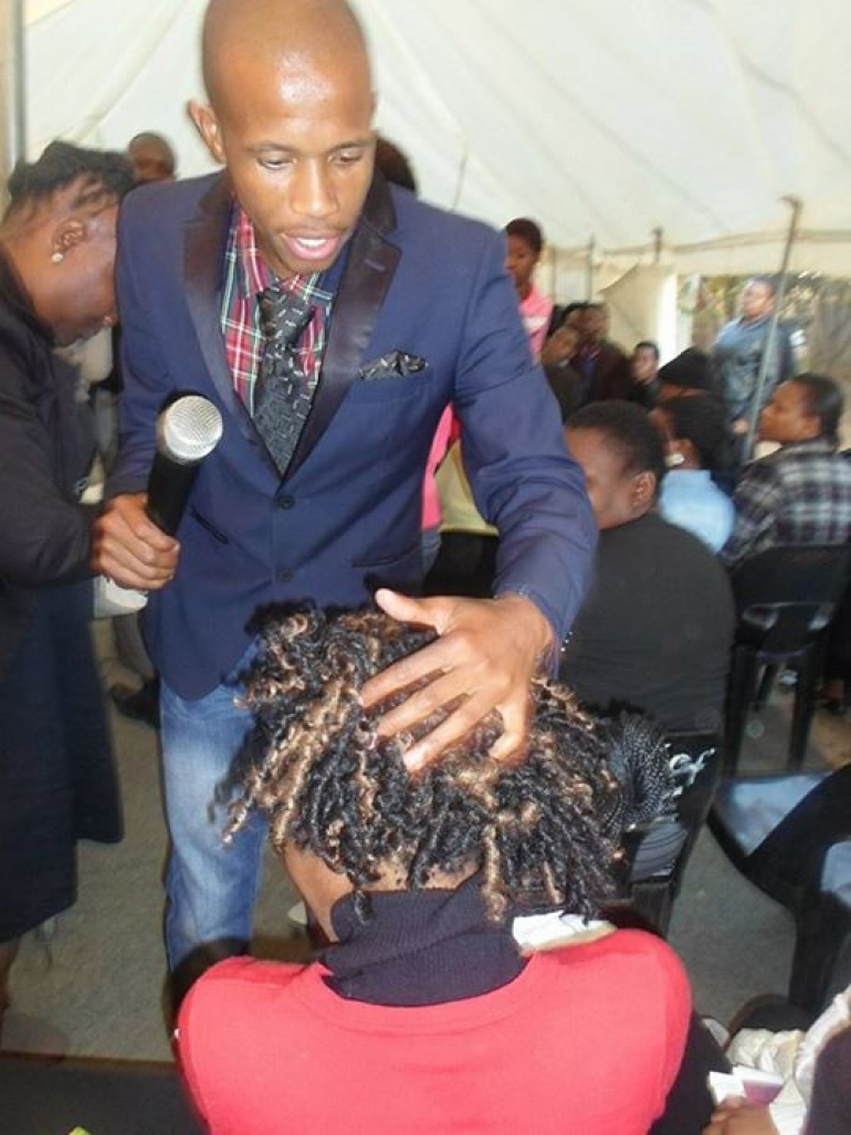 Hair Expo Awards 2015 : Crazy pastor turns woman s hair to 'delicious food
