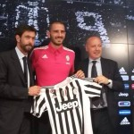 Leonardo Bonucci and Moratta Pose With the Black and White Stripe Jersey of Juventus at a News Conference. Image: Twitter/juventusfc.