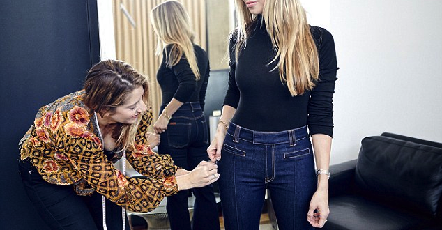 """Woman With """"Perfect Size"""" b*tt Makes A Living Trying On Jeans"""