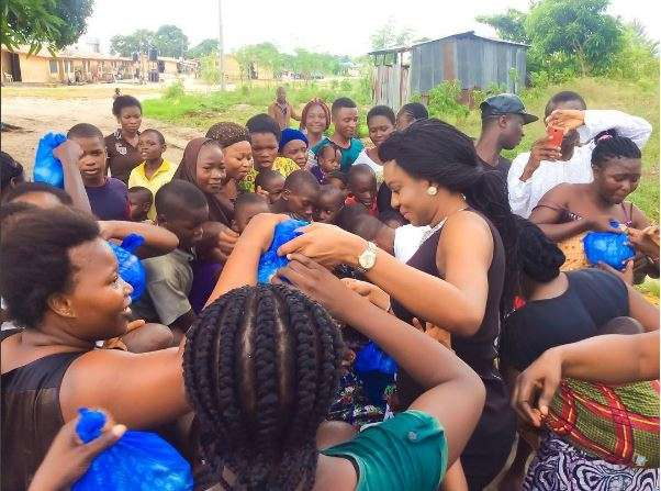 Tall And Pretty Nollywood Actress UN Peace Ambassador Chika Ike Paid A Visit To The Children Of Soldiers Who Lost Their Lives During Active Duty