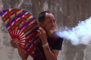VID-Kung-Fu-master-sets-sawdust-on-fire-in-his-mouth