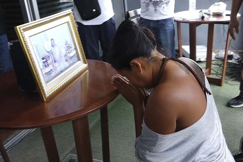 Thai Woman Accused Of Insulting Late King Forced To Kneel Before His Potrait