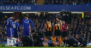 Chelsea's English defender Gary Cahill and Hull City's English midfielder Ryan Mason receive medical treatment after a clash of heads during the English Premier League football match between Chelsea and Hull City at Stamford Bridge in London on January 22, 2017. / AFP / Adrian DENNIS / RESTRICTED TO EDITORIAL USE. No use with unauthorized audio, video, data, fixture lists, club/league logos or 'live' services. Online in-match use limited to 75 images, no video emulation. No use in betting, games or single club/league/player publications.  /         (Photo credit should read ADRIAN DENNIS/AFP/Getty Images)