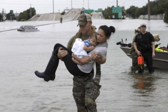 Houston police rescue 2000 people but more awaiting help