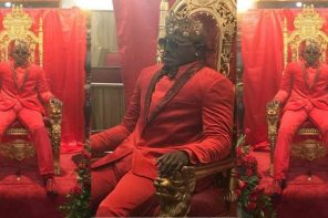 Bizarre photos of man seated on a 'throne' at his own funeral (Photos)