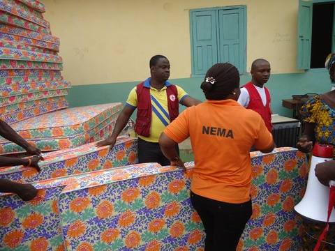 NEMA+Officials+provided+relief+materials+to+victims+of+flood+in+Delta+State1