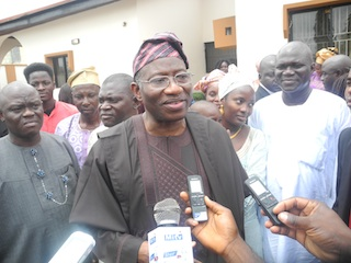President-Jonathan-speaking-with-journalists-at-Abatis-home