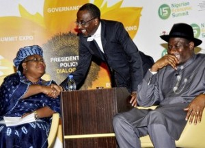 Ngozi Okonjo-Iweala, managing director of the World Bank, Nigeria's central bank governor Sanusi Lamido Sanusi (C) and Vice President Goodluck Jonathan (R) exchange greetings during an economic summit in Abuja