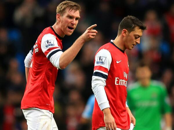Per Mertesacker  Scolds Mesut Ozil for Not Applauding the Traveling Fans After their Loss at the Etihad.