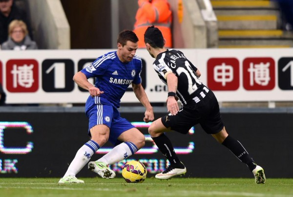 Cesar Azpilicueta Takes on Remy Cabella at St. James' Park. Image: CFC via Getty.