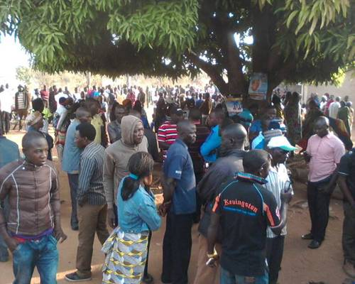 HUNDRED OF SYMPATHIZERS BESIEGE TATTAURA VILLAGE AFTER THE ATTACK (PHOTO: SAHARA REPORTERS)