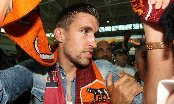 Kevin Strootman mobbed by Roma fans as the Dutchman arrives at Fiumicino airport. Image: Getty.