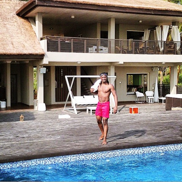 paul-okoye-flaunts-ripped-abs-during3