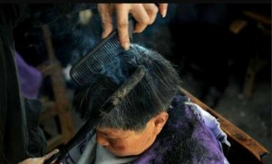 72-Year-Old-Barber-in-China-Uses-Super-Hot-Metal-to-Cut-Hair-476244-3