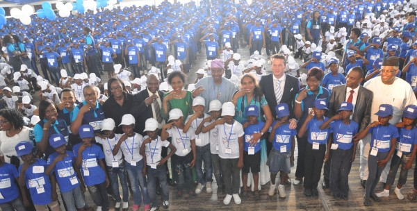 Dr. Khaliru Alhassan, Honourable Minister of Health (Middle); Ms. Myriam Sidibe, Director for Social Missions Africa, Unilever (5th right); Robbert deVreede, Vice President Marketing, Unilever Nigeria (4th R); Dr. Bode Ijarogbe, President, Nigerian Dental Association (6th L) and a cross section of children at the World Oral Health Day Celebration organised by Pepsodent and NDA in Lagos, Friday