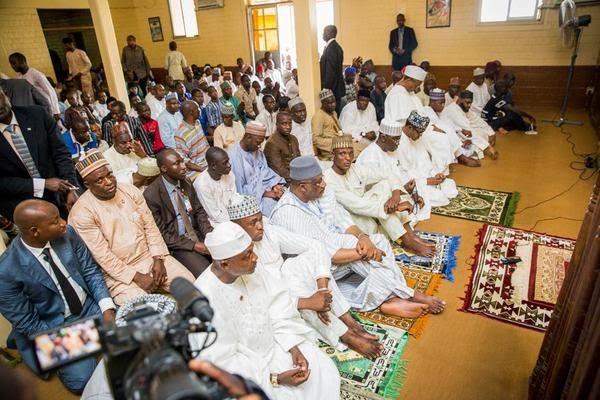 buhari-attends-jumaat-prayers-at3