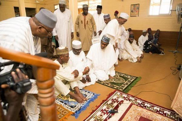 buhari-attends-jumaat-prayers-at4