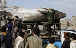 Houthi rebels transport part of a Saudi fighter jet found in Bani Harith district north of Yemen's capital Sanaa May 24, 2015. REUTERS/Khaled Abdullah