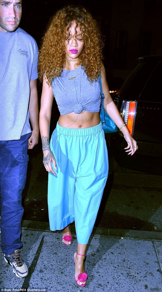 rihanna-flashes-toned-tummy-in-two-hot2