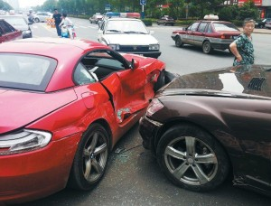 china-father-son-crash-into-each-other-with-cars-in-fight-bmz-z4-mercedes-benz-s350-01