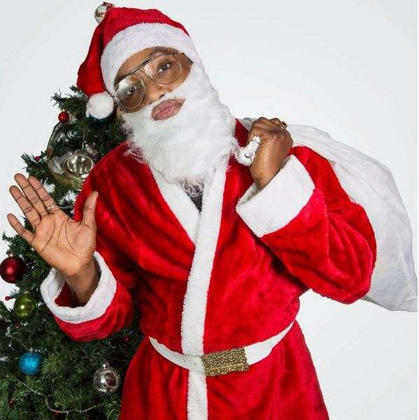 Photo kcee dresses up as santa claus in christmas themed