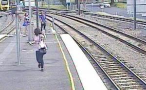 Australian-teen-stops-train-to-save-pet-bird