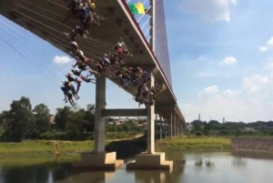 Nearly-150-daredevils-jump-from-bridge-for-rope-jumping-record