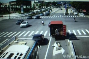 Truck-loses-boxes-filled-with-iPhones-on-Chinese-road