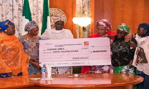 aisha-buhari-cheque-chibok-parents