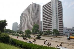 North_Korea-Pyongyang-Buildings_and_passengers