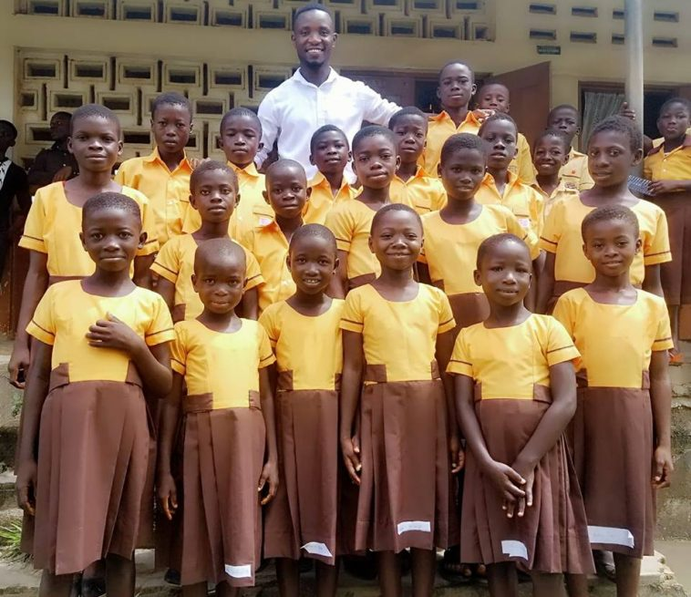 teacher sews school uniforms for pupils with his monthly salary - FG directs the immediate implementation of the teaching of history in Nigerian pry and secondary schools