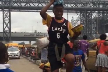 Girl Treats Bystanders To An Interesting Act In Lagos