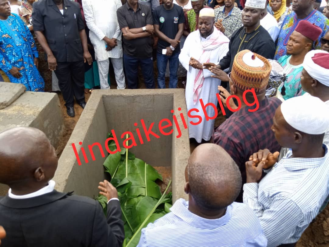 5cf12fa09d870 - [Photos/Video]: Adekunle Gold, Simi, Jide Kosoko pay their last respect as his father is buried