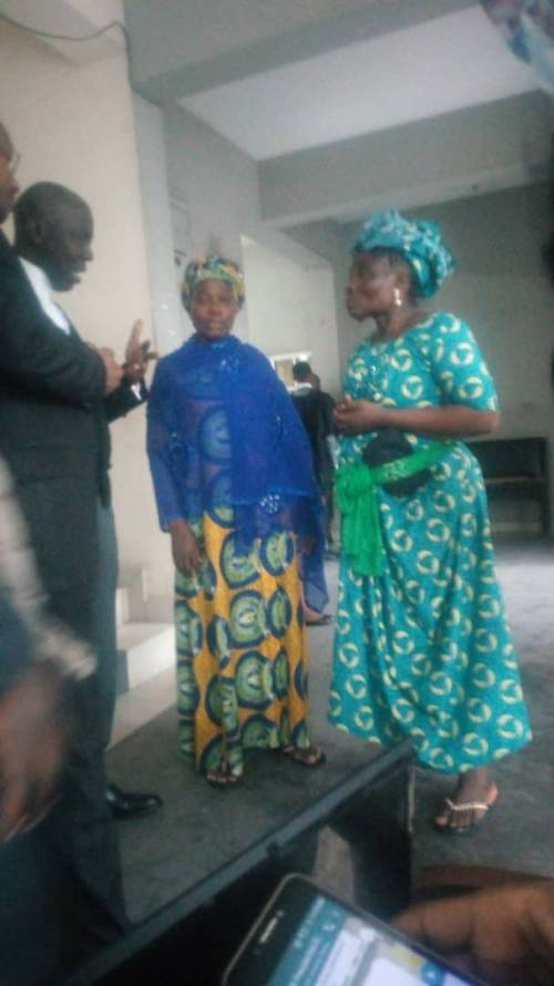 [Photo]: Naira Marley's mother breaks down in tears as EFCC hands him over to prison officials
