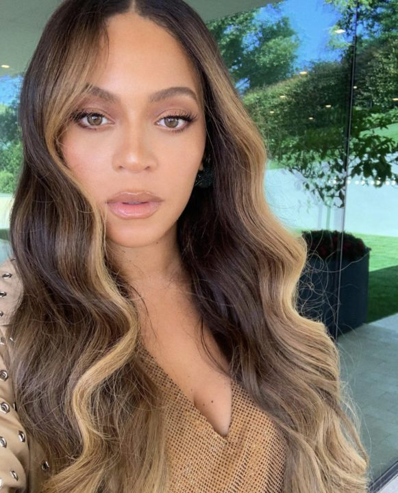 [Photos]: Beyonce goes completely nude