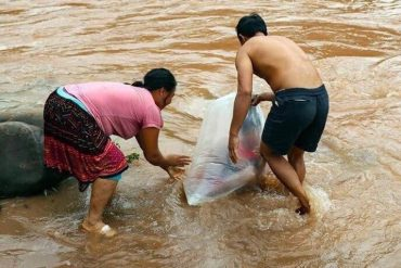 So Sad: This Parent Have To Carry Their Kids In Plastic Bag To cross A River Every Day Just So They Can Go To School Dry(photos)