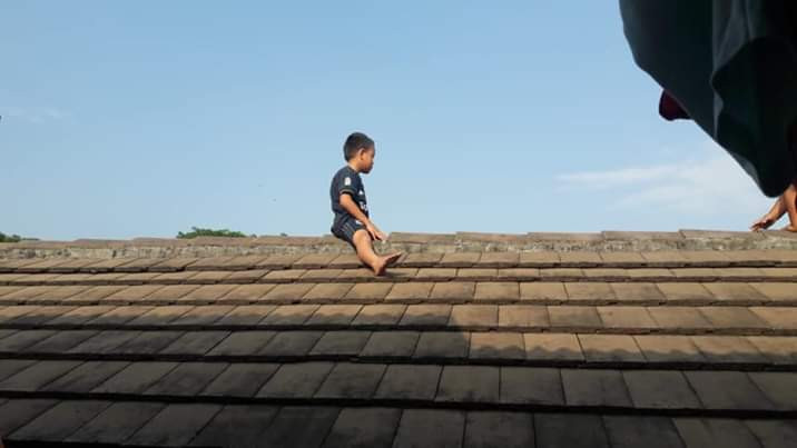 [Photo]: Child Climbs On A Roof To Avoid Circumcision