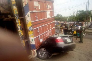 Container falls on car in ogun