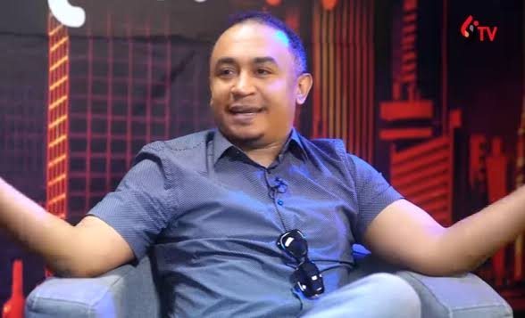 #GbasGbos!: See Daddy Freeze's reply to twitter who questions why he works for a white man