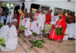 Photo of Governor Obaseki kneeling before an Edo king