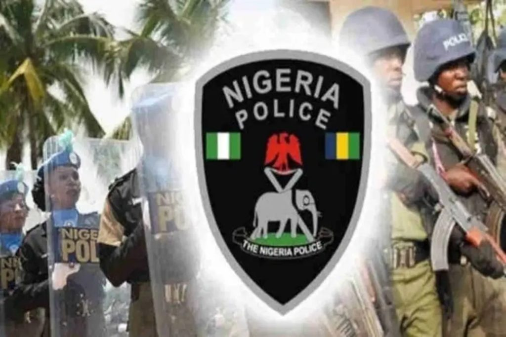 Agugu policemen applaud the youths for saving the police station from hoodlums attack.