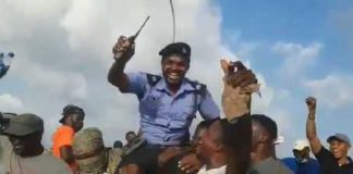 #EndSARS: Protesters hail Policeman who saved a woman who insulted demonstrators from mob action in Abuja
