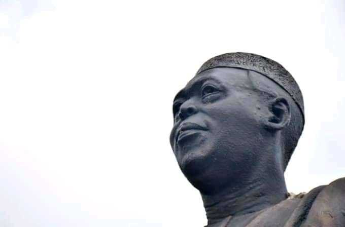 Hoodlums steal Obafemi Awolowo's glasses from his statue in Lagos (photos)