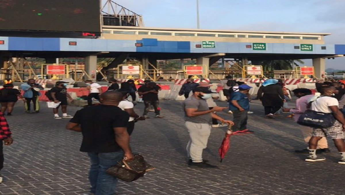 #EndSARS Protesters Block Lekki Toll Gate