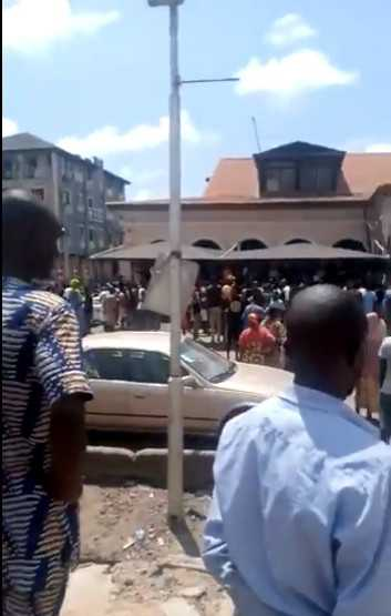 Ojora indigenes stop hoodlums from vandalizing their King's palace (Video)